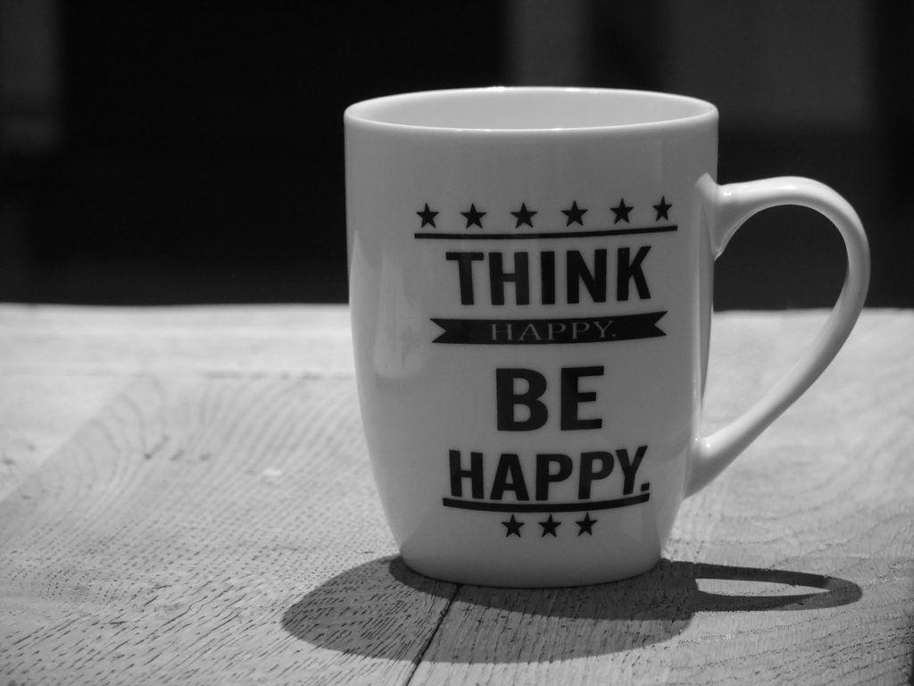 """Una tazza con il principio fondamentale del """"pensiero positivo"""""""