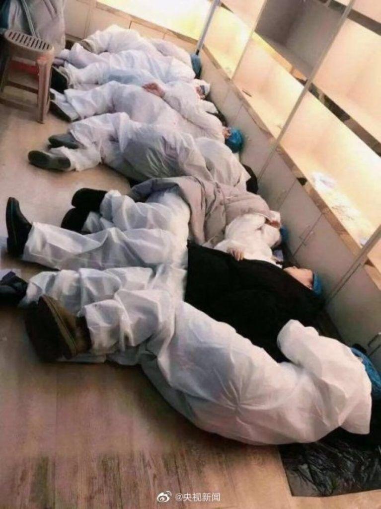 Foto dei dottori di Wuhan che riposano per terra. Solo stima per questi medici ed infermieri cinesi