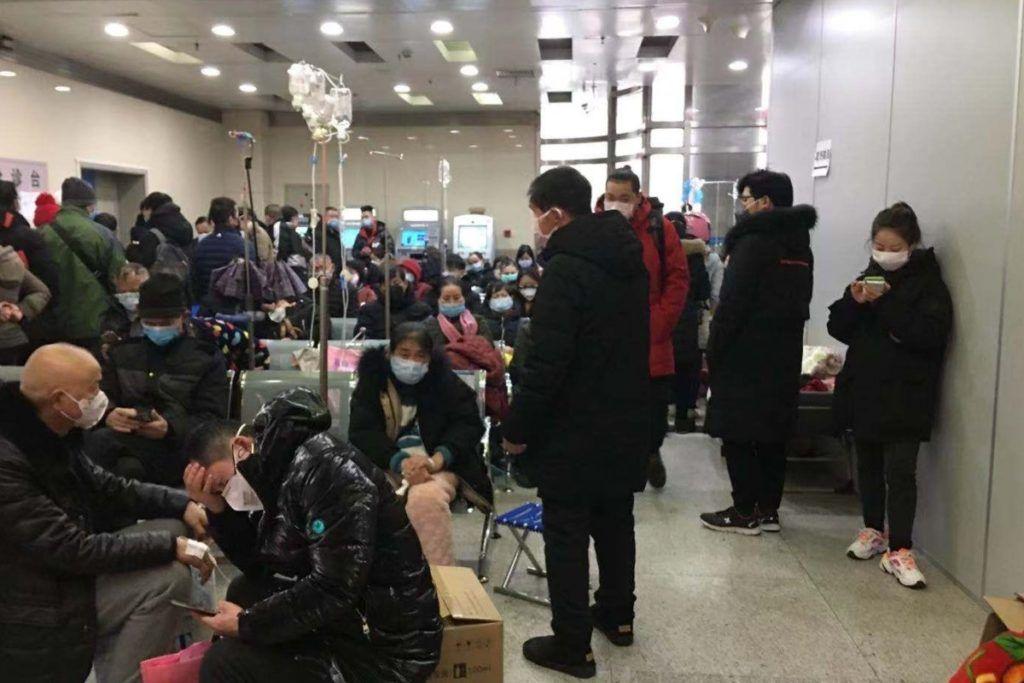 Pazienti e familiari che affollano la sala di attesa in un ospedale cinese