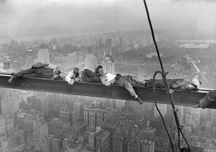 Un'altra versione di Lunch Atop A Skyscraper, in cui gli operai dormono