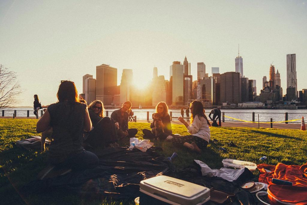 amici picnic parlare chiacchierare socializzare amicizia