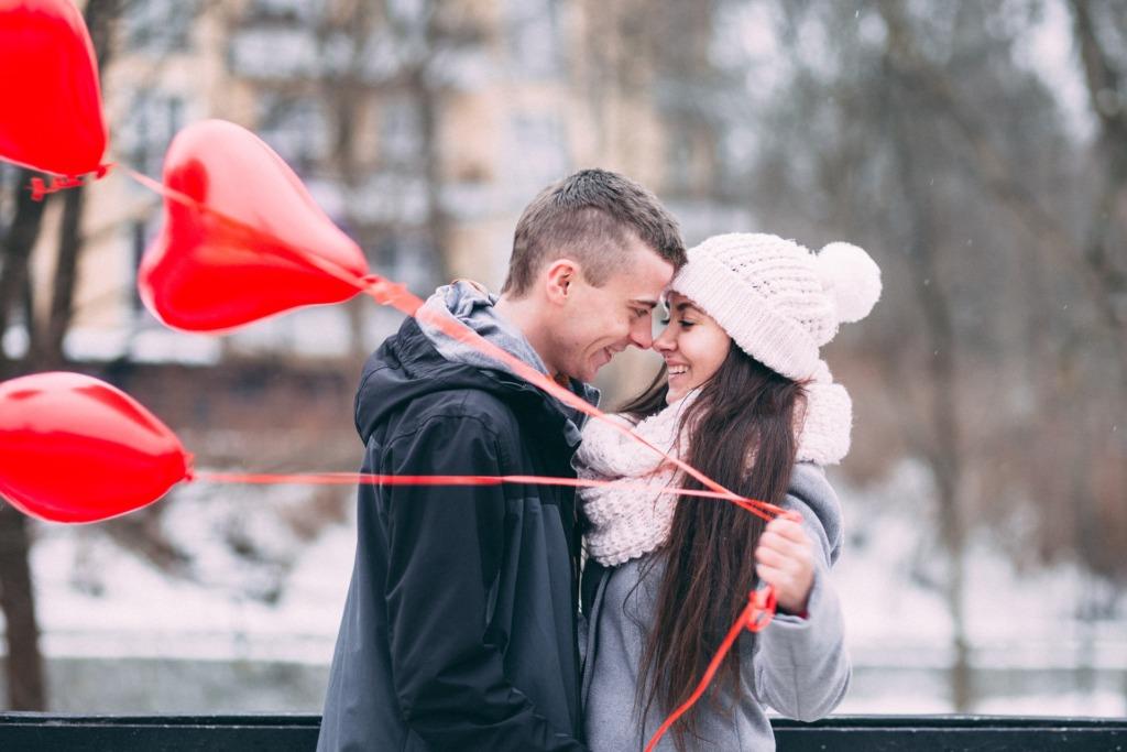 coppia amore amarsi cuori sorridere bacio innamorati ragazzo ragazza