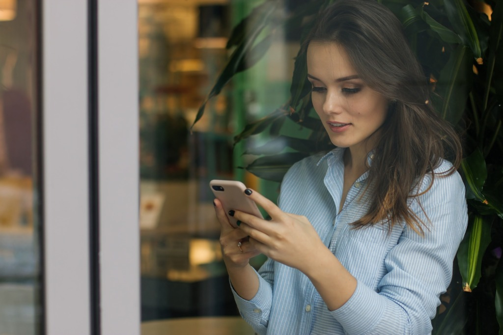 Ragassa donna lavoro smartphone Social Instagram Facebook