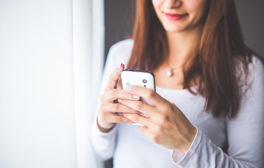 ragazza messaggi messaggiare telefono smartphone