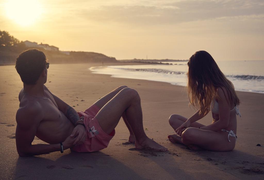 ragazzo ragazza parlare spiaggia conoscersi appuntamento